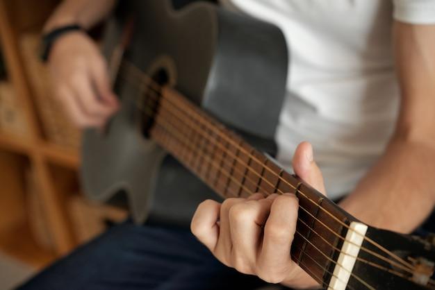 Mani che suonano la chitarra