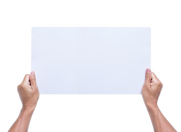Mani che tengono carta bianca isolata su priorità bassa bianca