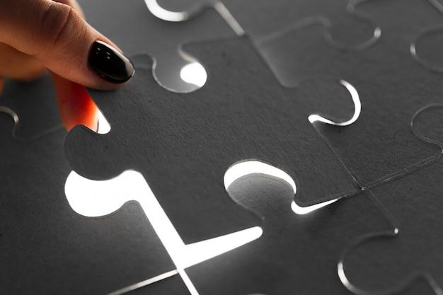 Mani che tengono i pezzi del puzzle