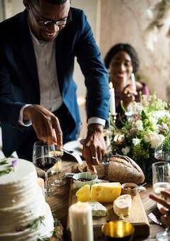 Mani che tengono il coltello e forchetta ottenere cibo dal piatto