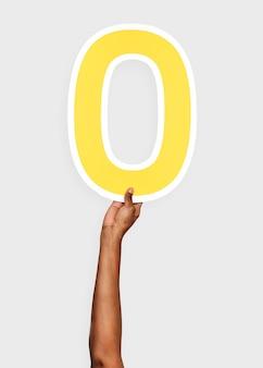 Mani che tengono il numero 0