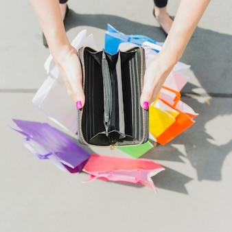 Mani che tengono il portafoglio vuoto