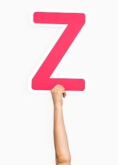 Mani che tengono la lettera z