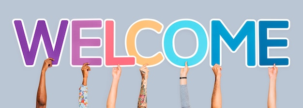 Mani che tengono la parola benvenuto