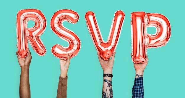 Mani che tengono la parola rsvp in lettere del palloncino