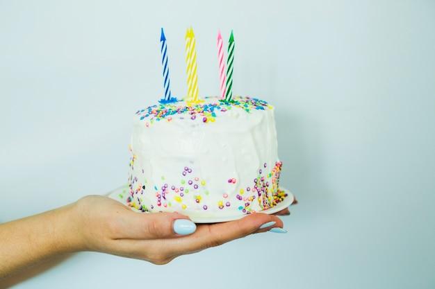 Mani che tengono la torta con spruzzi