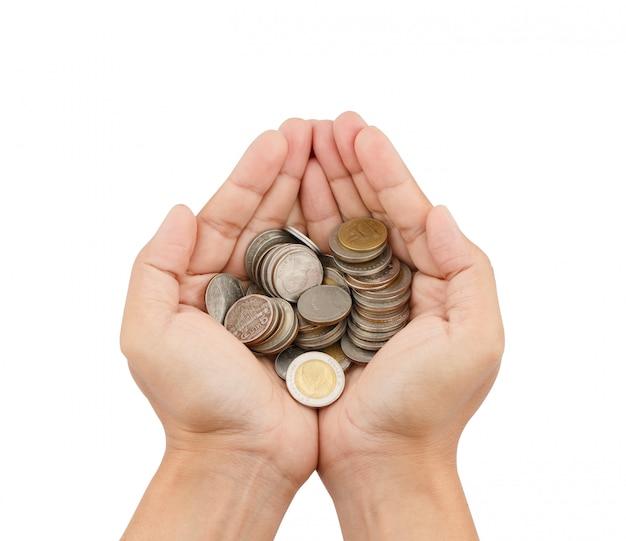 Mani che tengono molte monete isolate su fondo bianco