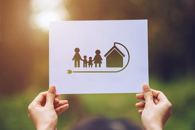 Mani che tengono ritagliata terra mostrando amorevole famiglia ecologia mostrando