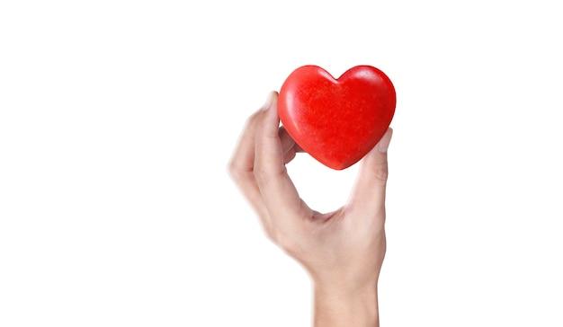Mani che tengono un cuore rosso, salute del cuore
