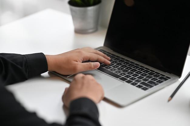 Mani che utilizzano computer portatile