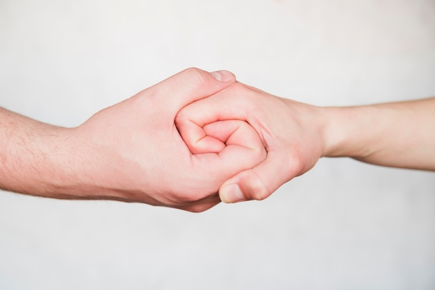 Mani collegate su sfondo bianco