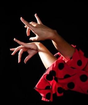 Mani commoventi della donna di flamenca del primo piano