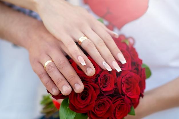 Mani con anelli sul bouquet