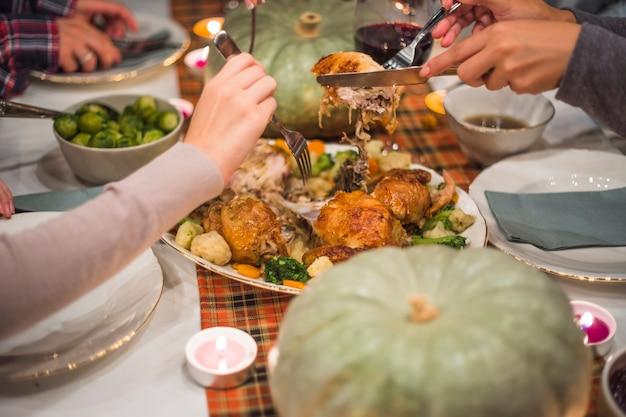 Mani con forchette che assumono carne