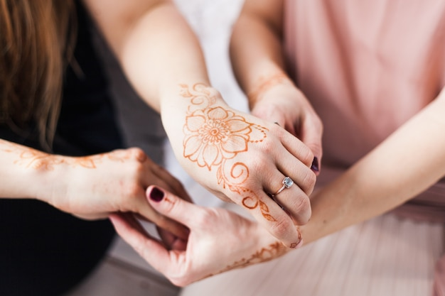 Mani con motivo all'henné, preparazione del matrimonio, decorazione del corpo all'henné, tradizione, sviluppo spirituale dello yoga