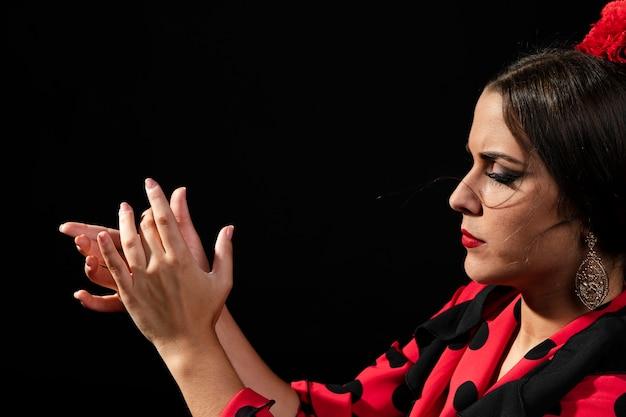 Mani d'applauso della donna di flamenca del primo piano