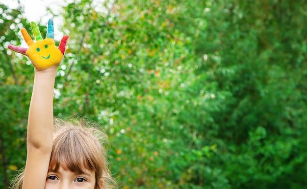 Mani dei bambini a colori. foto d'estate messa a fuoco selettiva