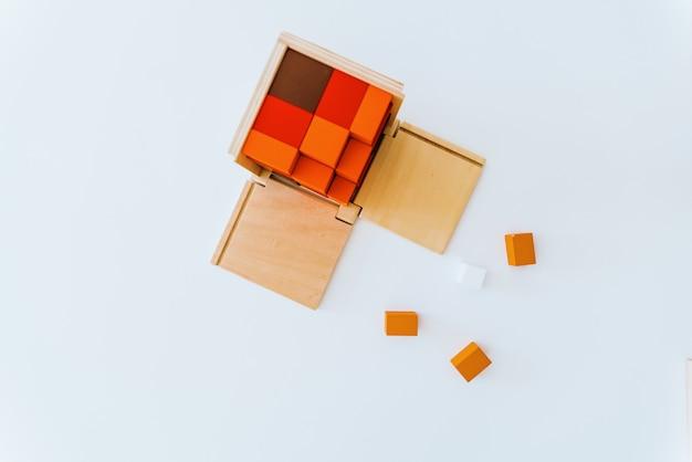 Mani del bambino che usano un giocattolo educativo per il loro sviluppo cognitivo