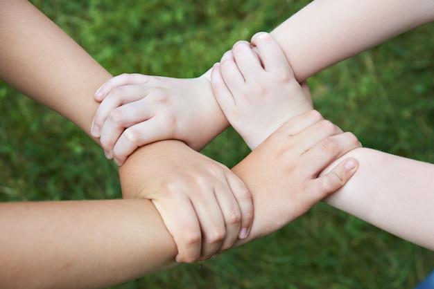 Mani del bambino tenendosi