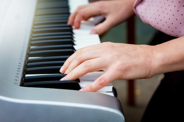 Mani del musicista sui tasti del pianoforte