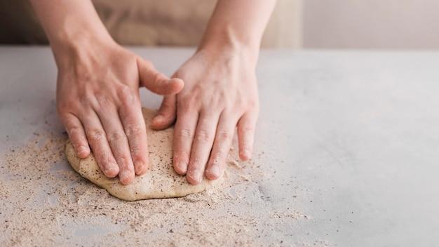 Mani dell'angolo alto che producono pane