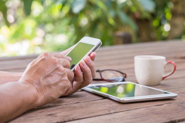 Mani dell'uomo toccando smart phone