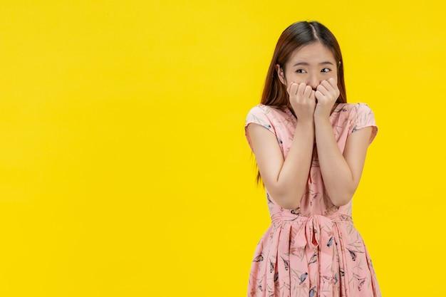 Mani della donna che coprono il viso che mostra gesto spaventoso