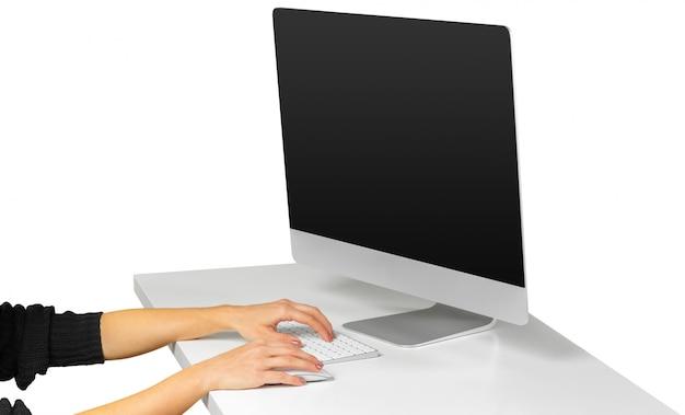 Mani della donna che funzionano con la tastiera di computer isolata su fondo bianco