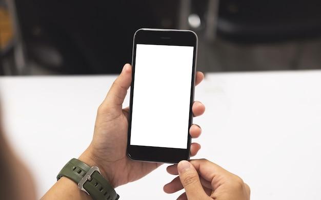 Mani della donna che tiene smart phone con lo spazio vuoto copia dello schermo