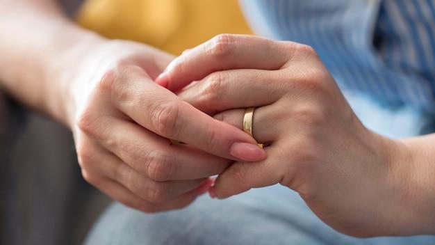 Mani della donna del primo piano che indossano anello
