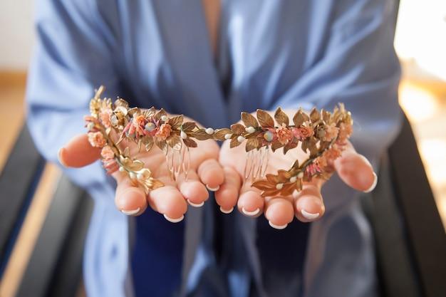 Mani della sposa che tengono un pezzo di ornamento dei capelli