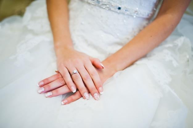 Mani della sposa con anello
