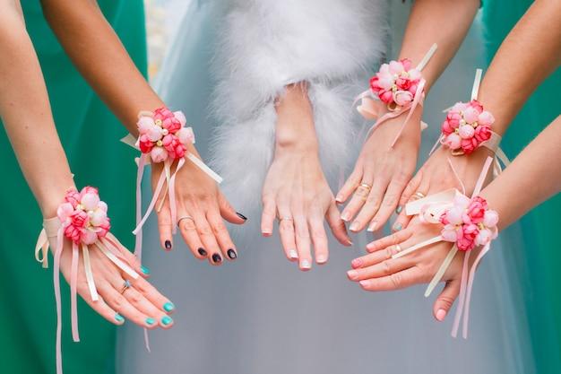 Mani della sposa e damigelle d'onore