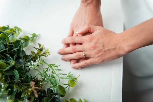 Mani della sposa felice con anello di lusso