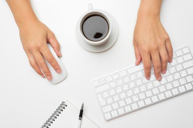 Mani delle donne usando tastiera e mouse