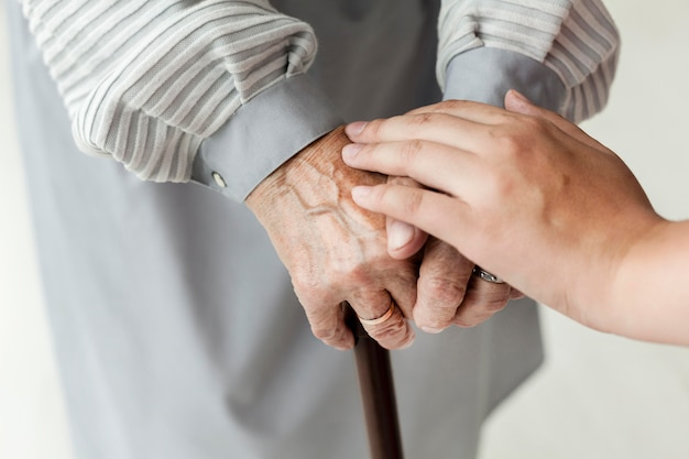 Mani delle nonne del primo piano