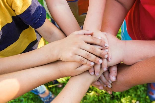 Mani di bambini, molti amici, giochi.