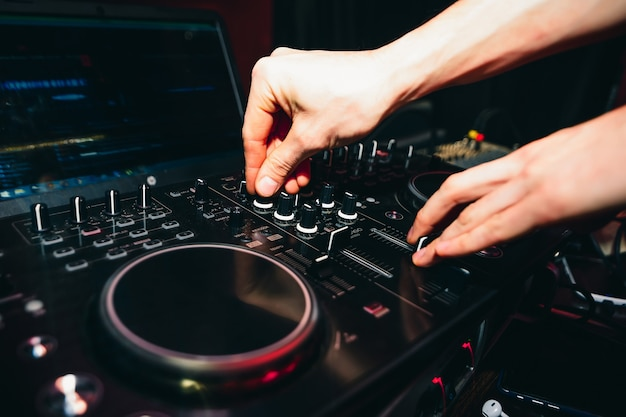 Mani di controller dj per musica su mixer professionale per mixare musica