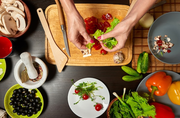 Mani di donna che preparano un'insalata sana