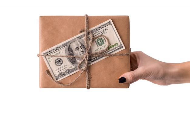 Mani di donna con scatola regalo con banconota da 100 dollari