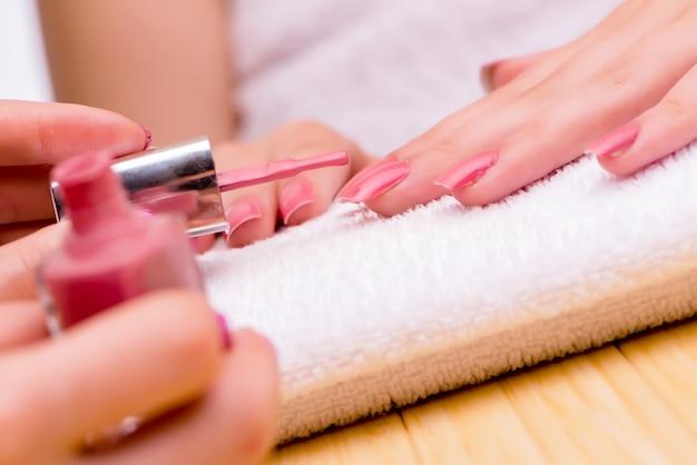 Mani di donna durante la procedura di manicure