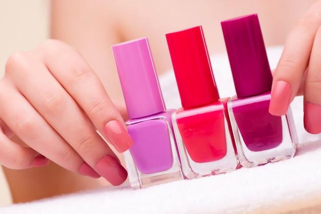 Mani di donna durante la sessione di manicure
