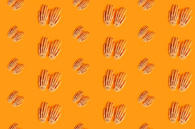 Mani di scheletro disposte in linee