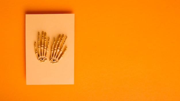Mani di scheletro su un pezzo di carta