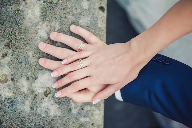 Mani di sposi con anelli