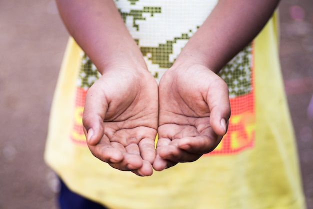 Mani di un bambino senzatetto, mendicando palme, accattonaggio mano