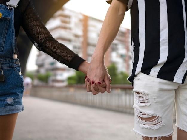 Mani di un primo piano di coppia