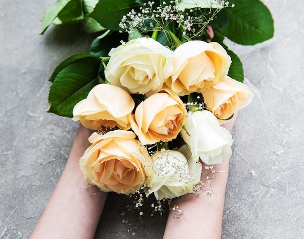 Mani di una donna con rose