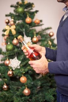 Mani di uomo che tengono champagne