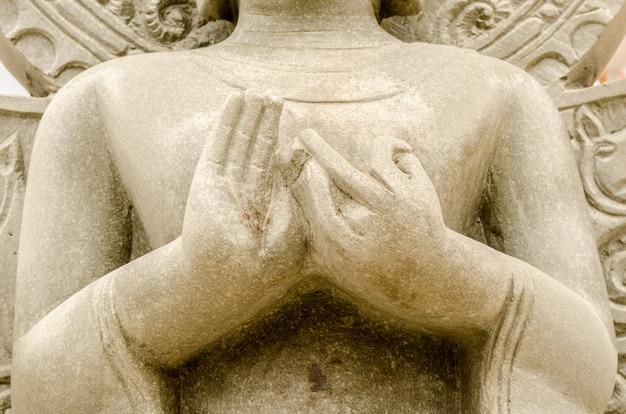 Mani di vecchia statua di buddha in tempio tailandese, tailandia
